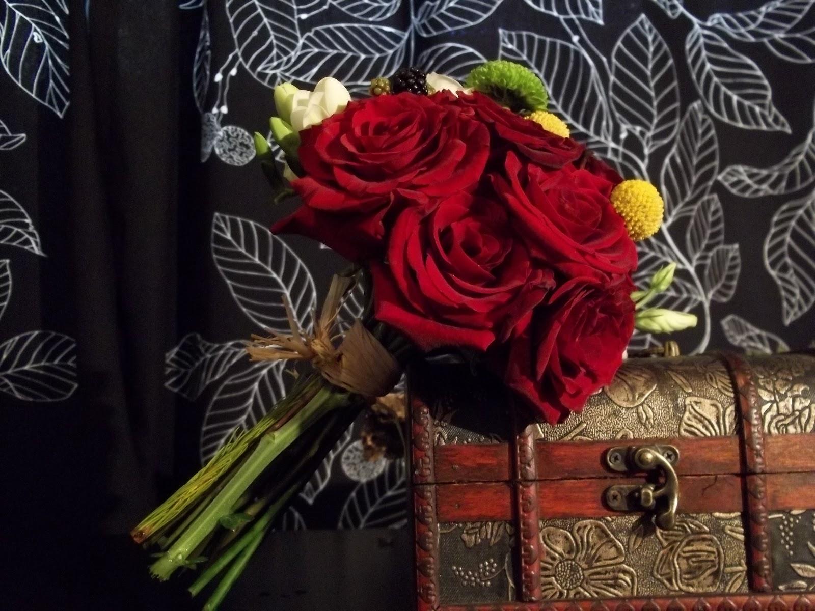 Buchete Cu Flori Buchet Mireasa Alb Rosu Cu Trandafiri Si Frezii