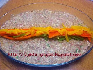 Ρολό κιμά γεμιστό με πιπεριές και κεφαλοτύρι - από «Τα φαγητά της γιαγιάς»