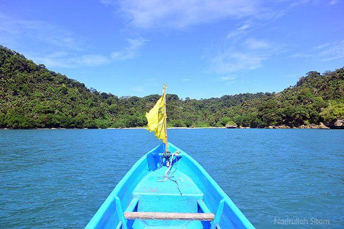 Sampan mendekati Pantai Pasir Putih Karang Bandung