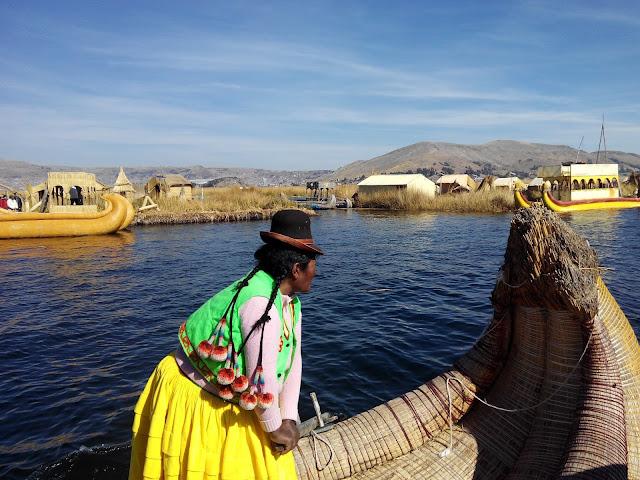 Islas flotantes de Los Uros en Lago Titicaca, Perú