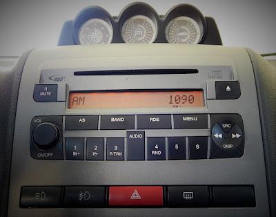 O rádio no painel do carro: nosso companheiro de viagens.