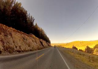 Belo contraste do sol batendo nas montanhas.