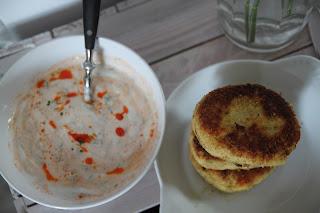 Kotlety z kalafiora i kaszy jaglanej z ostrym sosem