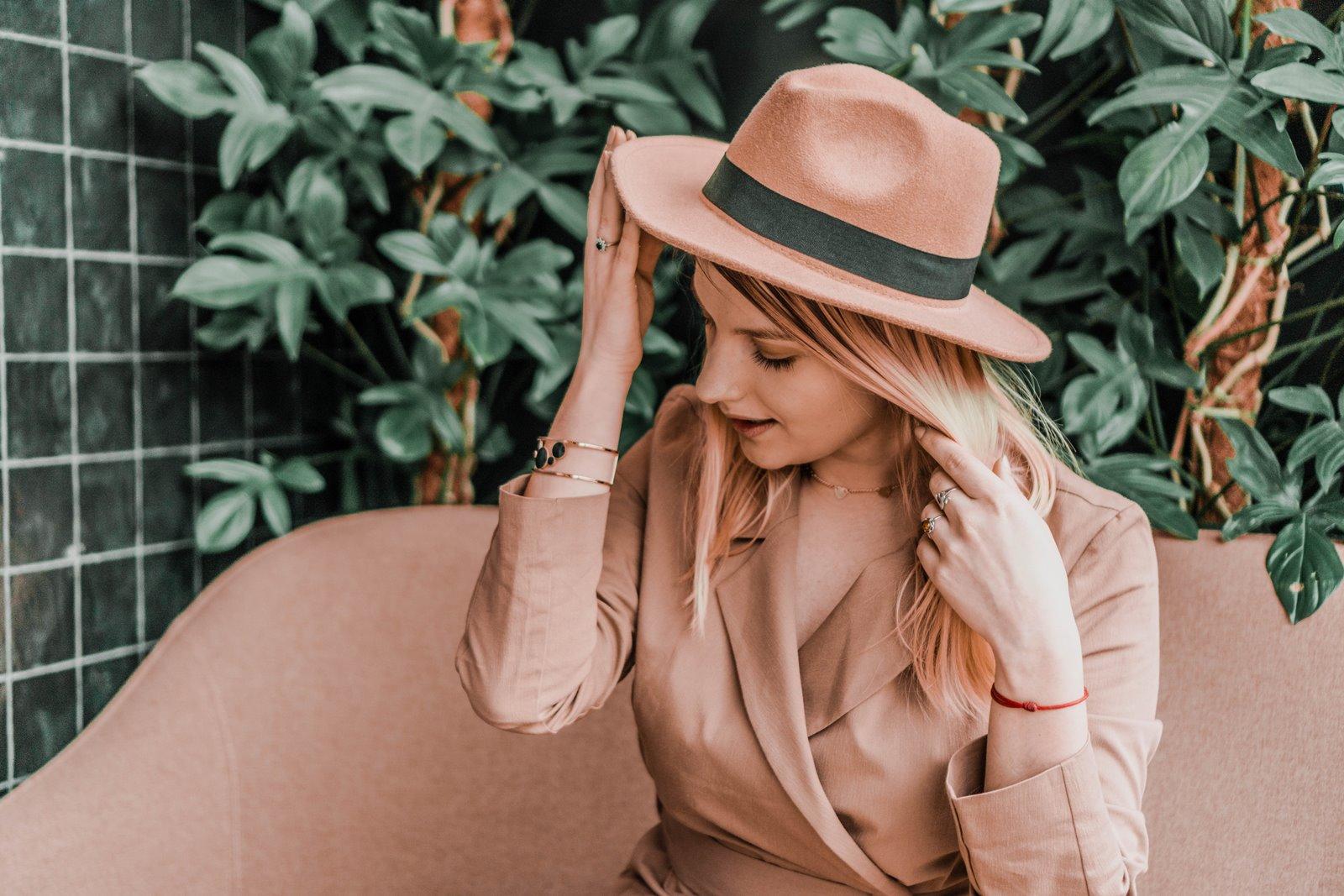1 nakd sukienka julia wieniawa kolekcja ubrań cena gdzie kupić sukienka trendy na wiosnę 2019 sukienka o kroju płaszcza jak nosić kapelusz złota biżuteria apart torebka asos outlet satisfashion ocena jakość opinie łódź