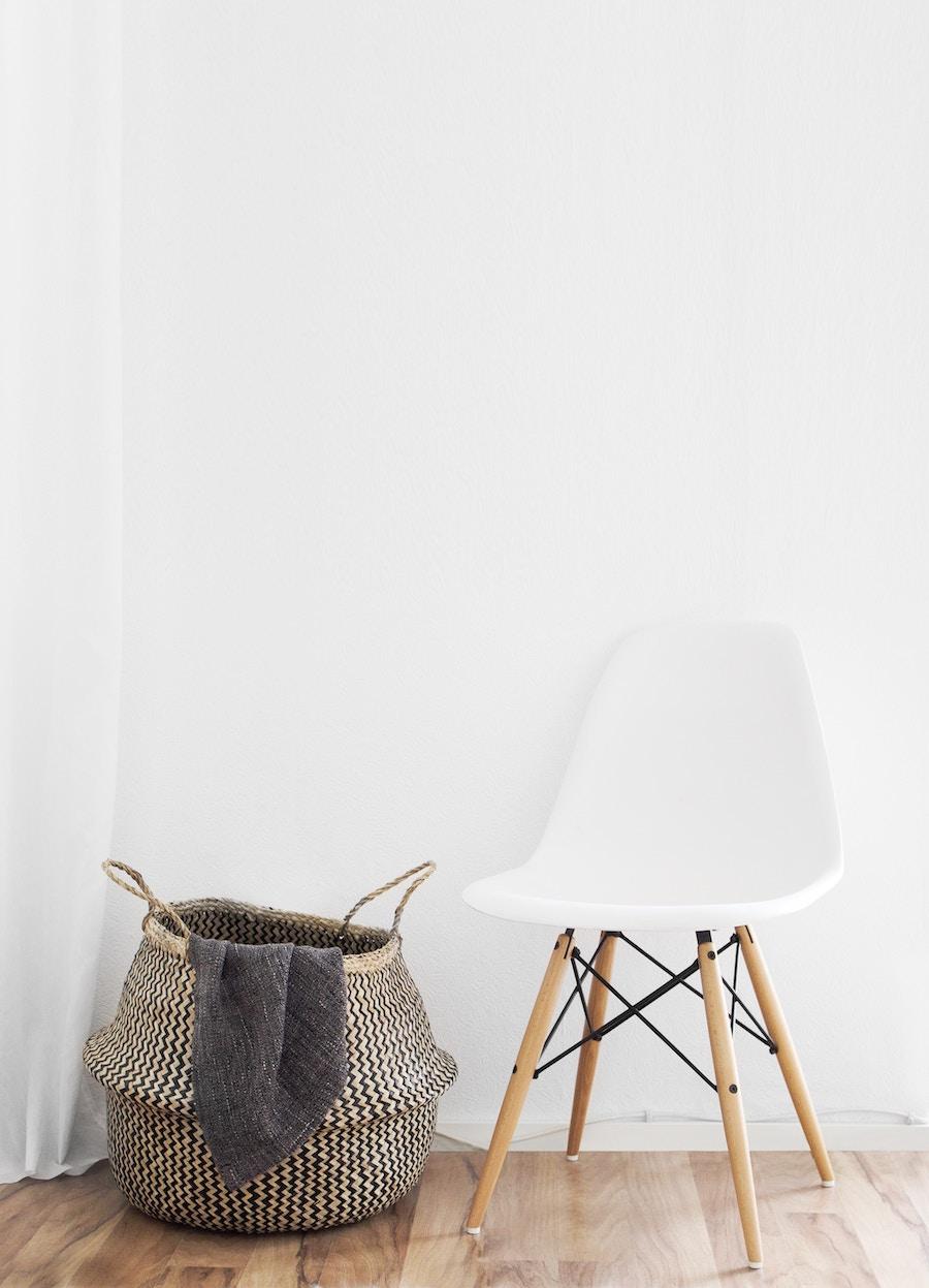 Silla tipo Eames y cesta de fibra