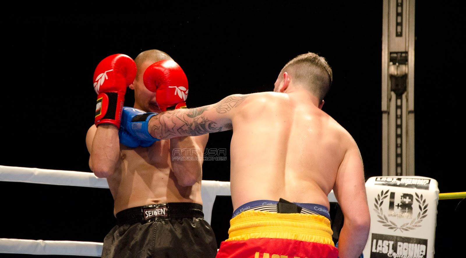 Luchador pegando puñetazo en cara