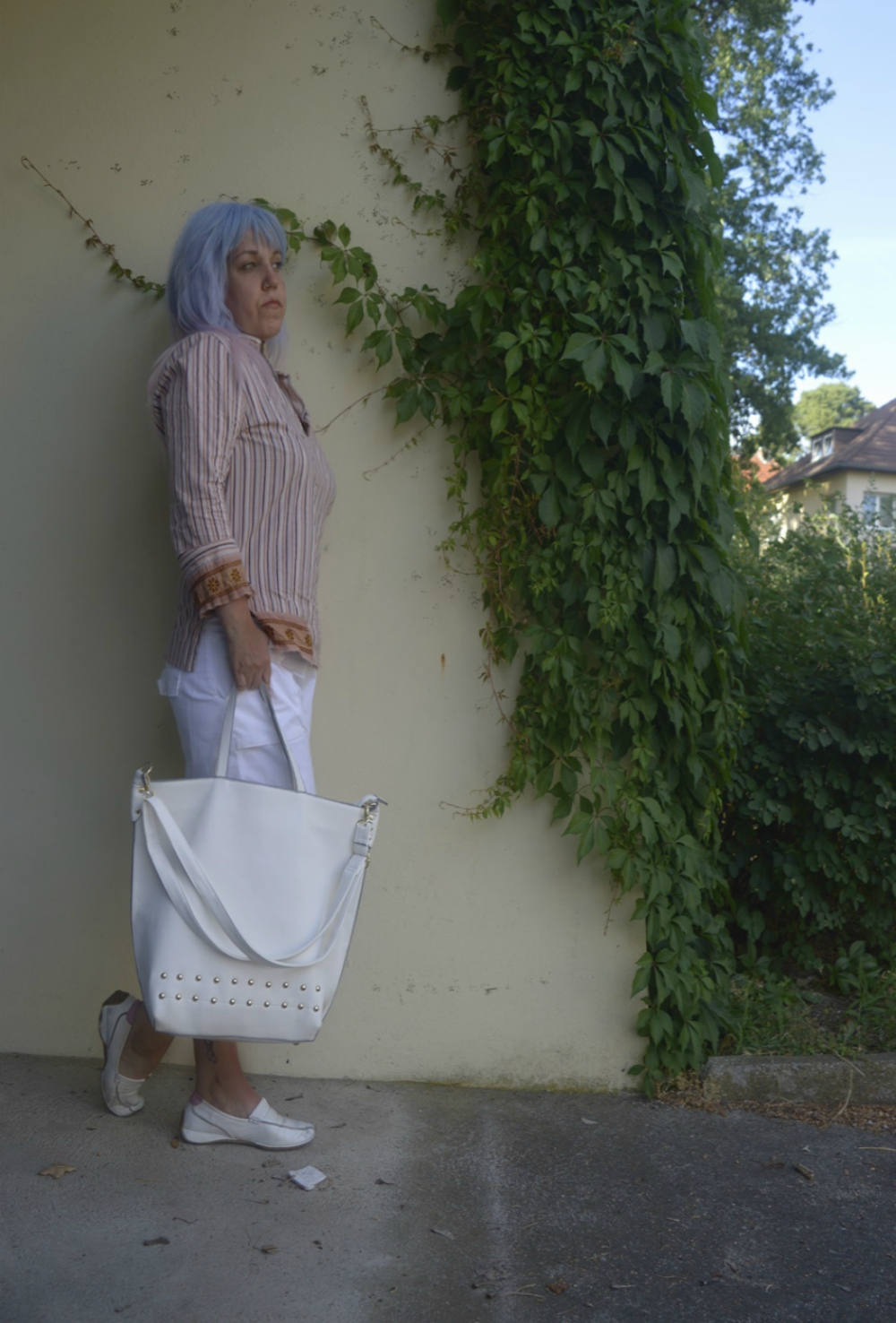 Coloured Striped Shirt and white summer shorts - Sumer Outfit with striped tunica and white shorts, combined with white leather loafers and a big white shopper -  posted by Annie K, Fashion and Lifestyle Blogger, Founder, CEO and writer of ANNIES BEAUTY HOUSE - a german fashion and beauty blog