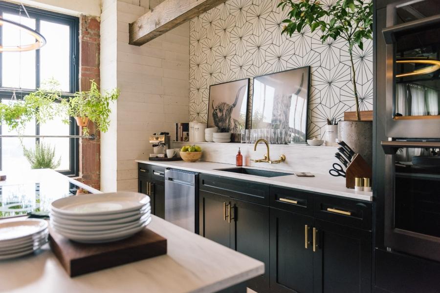 Loft urządzony w trendzie urban jungle, wystrój wnętrz, wnętrza, urządzanie domu, dekoracje wnętrz, aranżacja wnętrz, inspiracje wnętrz,interior design , dom i wnętrze, aranżacja mieszkania, modne wnętrza, loft, styl loftowy, styl industrialny, urban jungle, miejska dżungla, rośliny, kwiaty, zieleń, kuchnia, wyspa kuchenna, projekt kuchni,