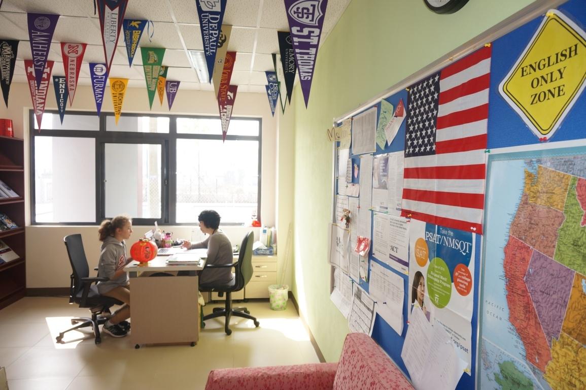 Các em học sinh được tư vấn trực tiếp về các hướng đi trong tương lai