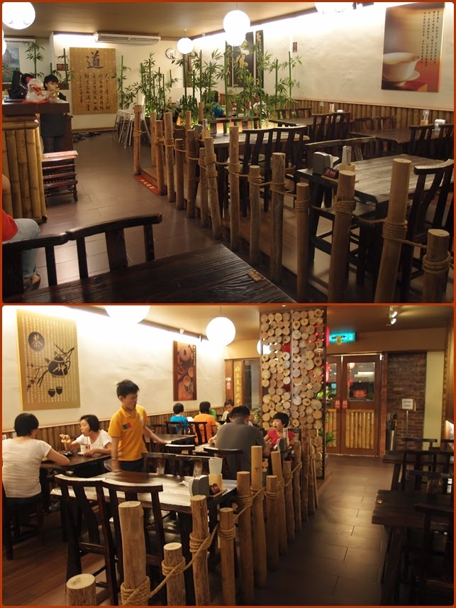 The Dining Environment Of Life Cafes Brought Back Nostalgia With Rustic Traditional Style Decors Hardwood Furniture Bamboo Fencing And Even