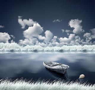 Fotografía de paisaje azul y blanco con lancha