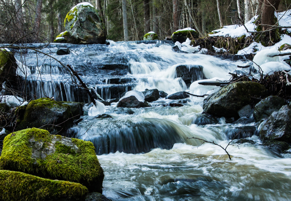 pieni joki liike vesiputous etelä-suomi vihreä metsä sammaloitunut luonnonkivi lumi talvi  outdoors