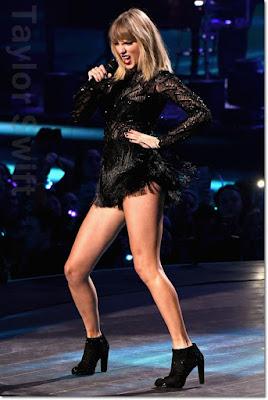 テイラー・スウィフト (Taylor Swift)は、ヴェルサーチ(Versace )のロンパース、スチュアートワイツマン(Stuart Weitzman)のブーツを着用。