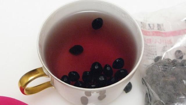 Trị mụn bằng nước đậu đen rang