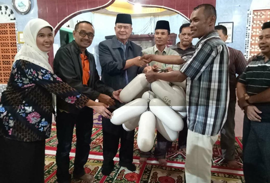 Wagub Nasrul Abit Serahkan Bantuan Bagi Nelayan Pasie Pelangai