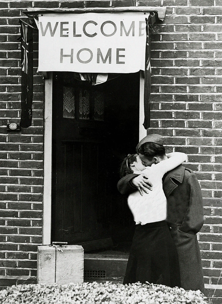 60 + 1 Heart-Warming Historical Pictures That Illustrate Love During War - A British Soldier Kisses His Wife On His Return From Serving With The Armed Forces, 1945