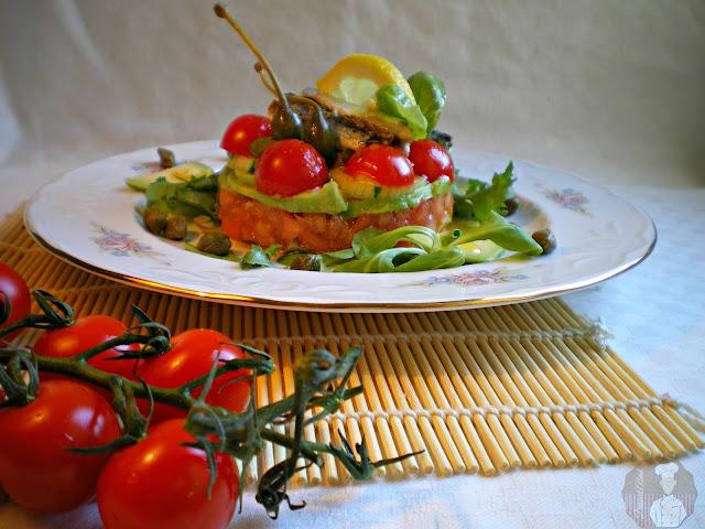 Tartar de tomates, pepino y aguacate con sardinitas