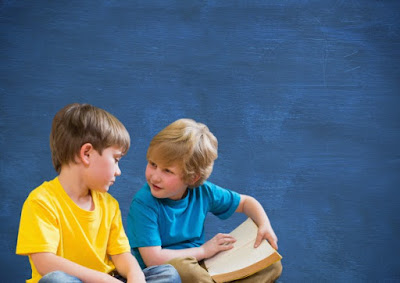 fondo azul, camiseta amarilla, camiseta azul, libro, charla  amigos