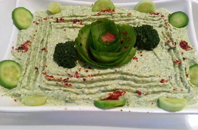 http://guloannemutfakta.blogspot.com.tr/2016/06/tahinli-brokoli-salatasi.html