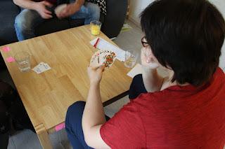Dani spielt Karten