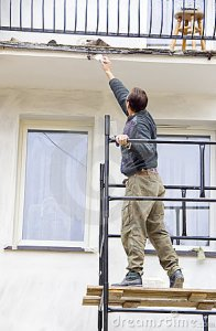 Pintor pintando com selador paredes