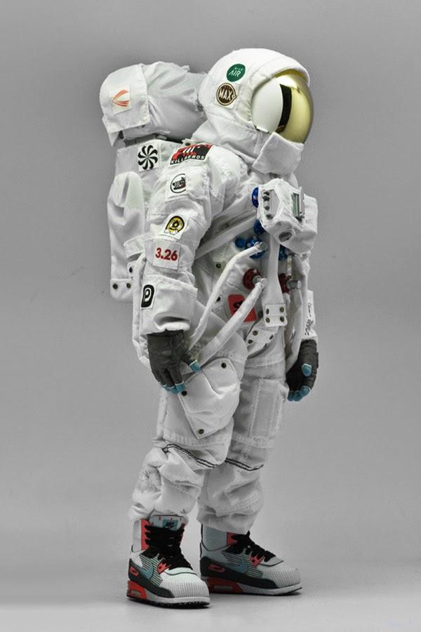 plastic astronaut figurines - 600×900