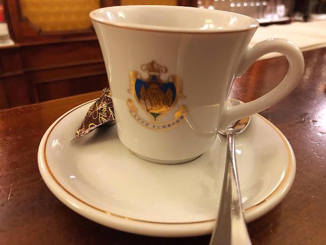 Dejte si kávu u Floriana. Během benátského karnevalu stojí polovinu, caffe florian, benátský karneval, zažijte benátky jako místní, benátky průvodce, kam v benátkách, co vidět v benátkách, benátky památky, benátky historie, kde se najíst v benátkách,
