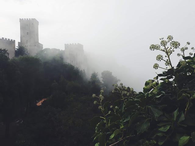 Erice, średniowieczne miasto, mgła
