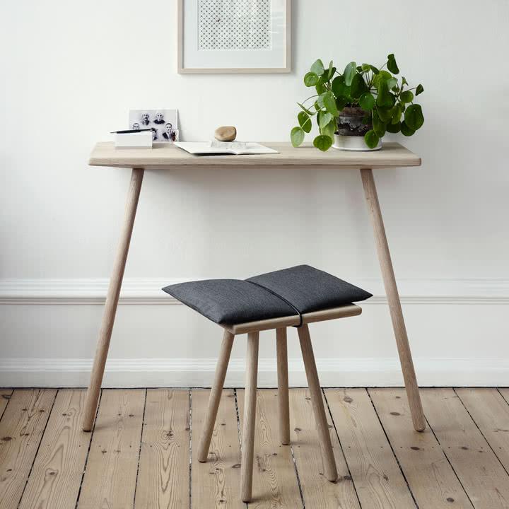 wąski drewniany stolik