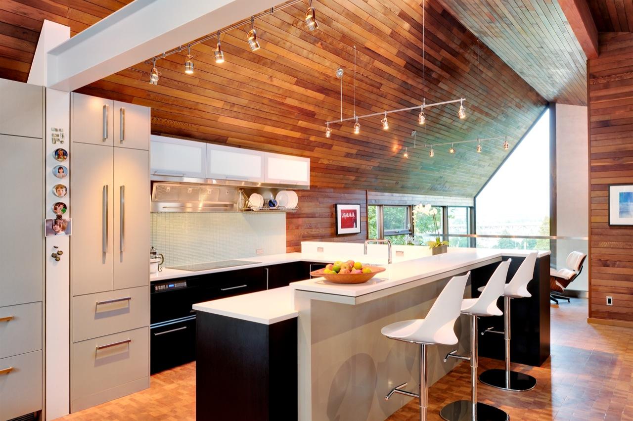 บ้าน 2 ชั้นที่ทันสมัย คอนกรีตภายใน ผนังหุ้มด้วยไม้ แบบ