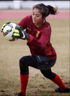 Kiper Bola Cantik Dari Cina Ini Bisa Menangkapmu !