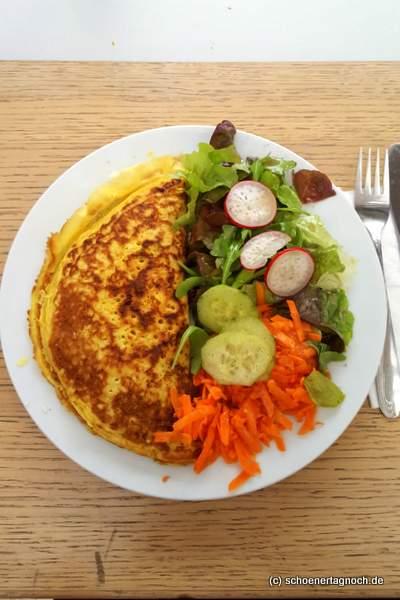 Gefüllter Pfannkuchen mit Spinat, Tomate und Feta im Glashaus in Karlsruhe