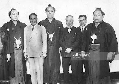 Чарли и Сид с борцами-сумоистами, Япония, 1932 г.