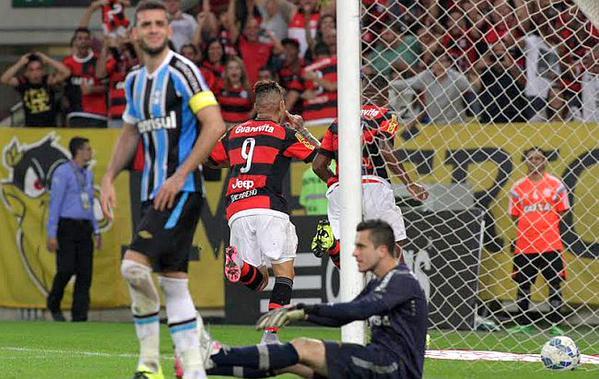 Com gol de Guerrero, Flamengo vence o Grêmio no Maracanã