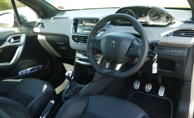 Peugeot 208 XY front interior