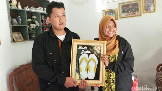 Bikin Adem, Pasangan Ini Beberkan Alasannya Menikah dengan Mahar Sepasang Sandal Jepit