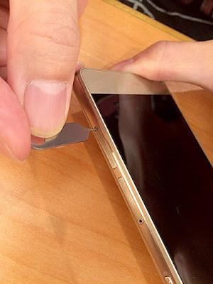 SIMカードピンを使い開ける