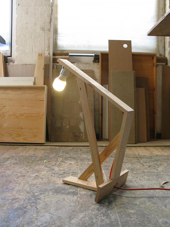 Desain lampu duduk dari kayu bekas peti kemas