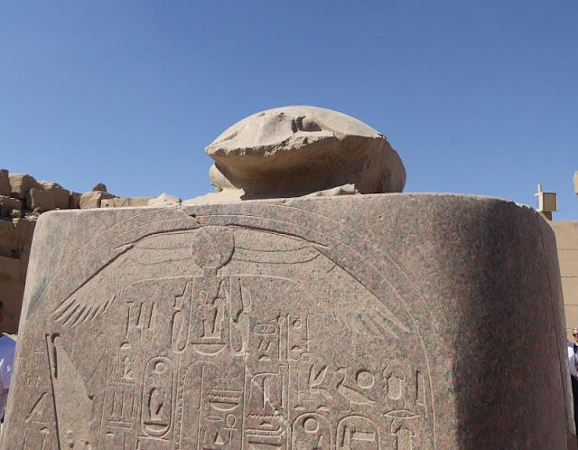 statua dello scarabeo nel tempio di karnak