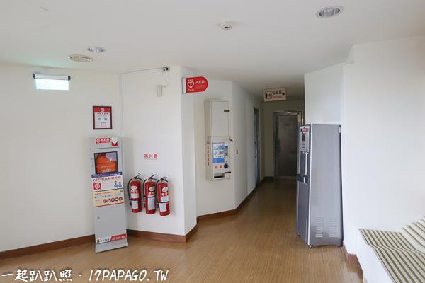 入口旁有洗手間、飲水機和AED裝置