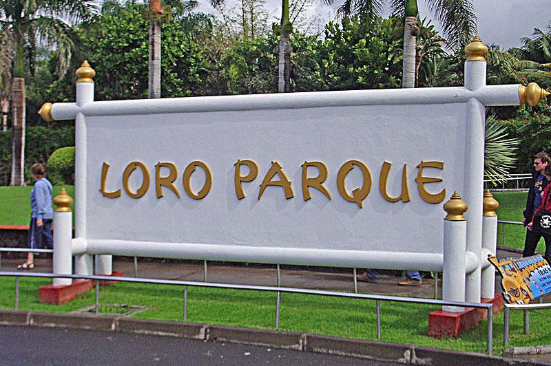 Rótulo del Loro Parque, junto a su entrada