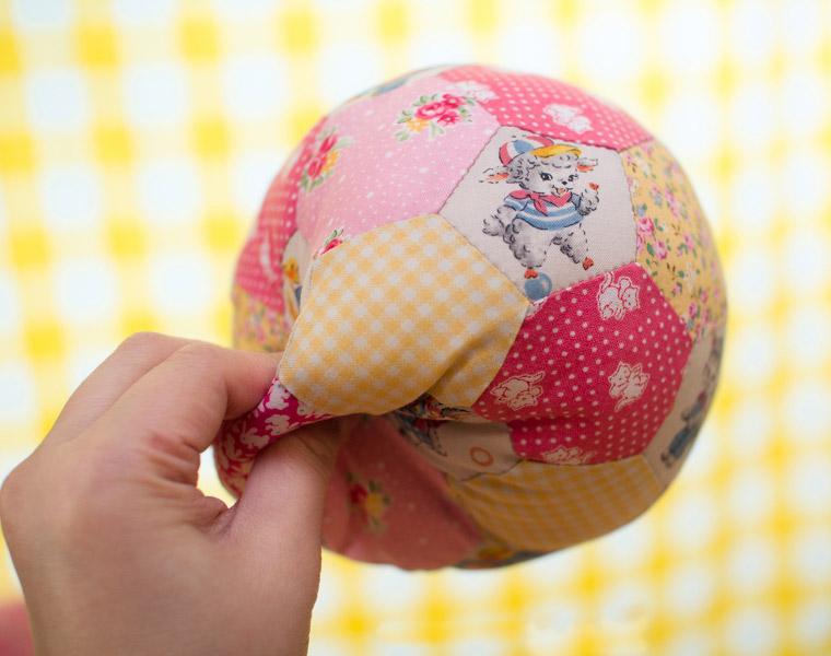 Tutorial: make a patchwork ball. Как сшить мячь из кусочков ткани.