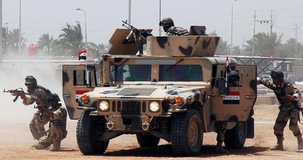 As forças do governo iraquiano tentaram evacuar civis da cidade velha de Mosul, na terça-feira, para que as tropas pudessem limpar a área, mas militantes franco-atiradores dificultaram o esforço, disseram os oficiais iraquianos envolvidos na missão