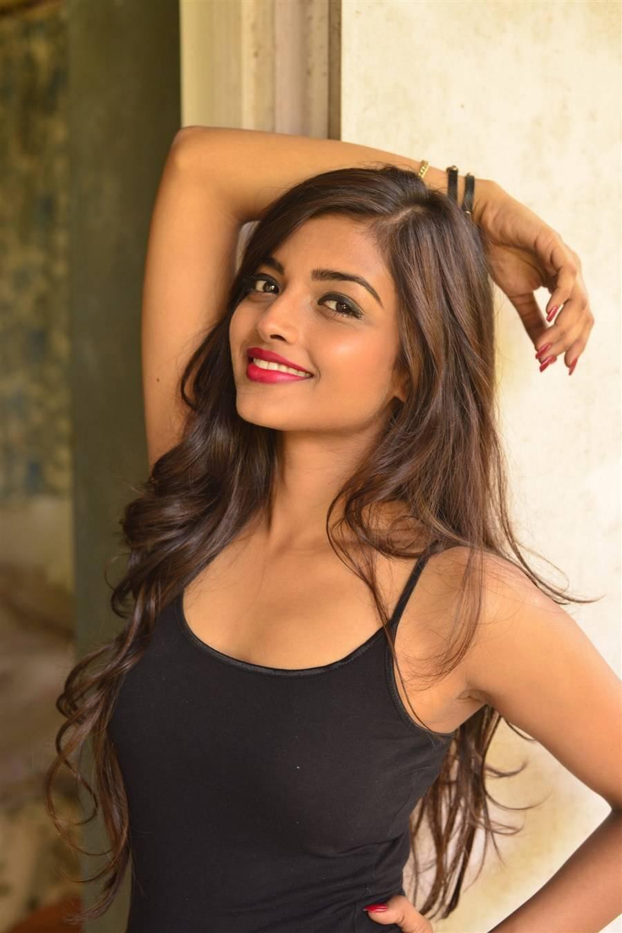 Ashna Zaveri images, Ashna Zaveri hot Pics in Skirt & Top