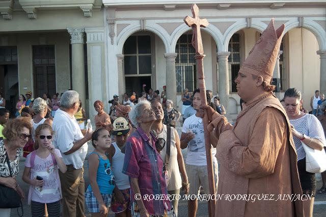 Espectadores disfrutando la presentación del grupo Morón Teatro  durante la realización de un pasacalles en el marco del XVI Festival Internacional de Teatro de La Habana, en el Malecón de la capital de Cuba, el 25 de octubre de 2015.