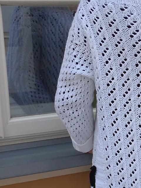 Biały ażurowy kardigan w kolejnej stylizacji