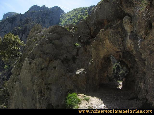 Ruta del Cares: Túnel en piedra