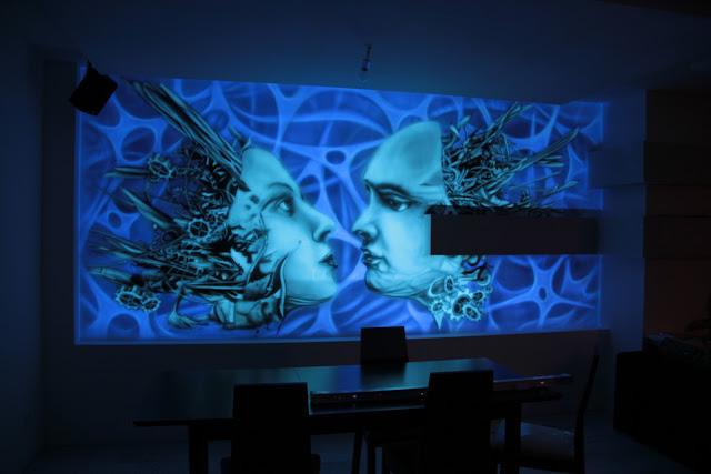 Malowidło ścienne świecące w ciemności, oświetlone świetlówką UV, mural biomechanika, Inowrocław
