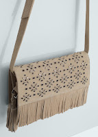 http://shop.mango.com/FR/p0/femme/accessoires/sacs/portes-croises/sac-cuir-franges/?id=63017554_07&n=1