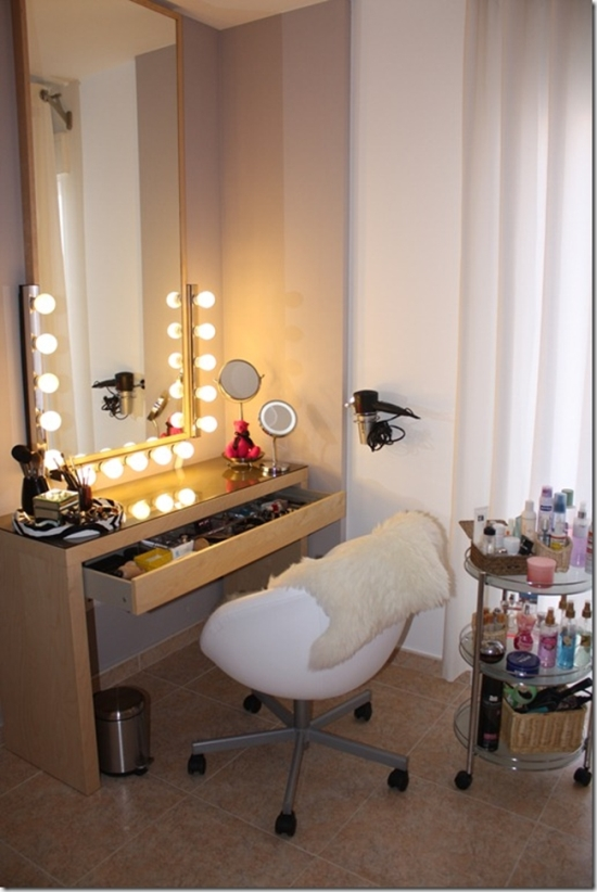 Cute-Corner-Vanity-Table-with-Large-Mirror 20 Unbelievable Make-up Self-importance Desk Concepts Interior